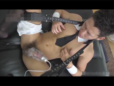 【ゲイ動画】全裸にネクタイをつけている変態紳士がオナニーをバイブなどを使いながら楽しむことになる!