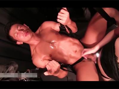 【ゲイ動画】拘束をされている引き締まったスジ筋な体が魅力的な男が巨乳な女にぺニバンでズコバコ犯されることになる!