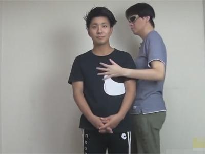 【ゲイ動画】ツーブロックの髪型のイケメンがゴーグルマンにアナルプラグを入れられながら愛撫してもらうことになる!
