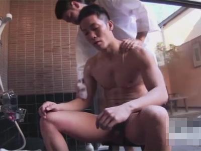 【ゲイ動画】温泉を楽しんでいるマッチョな男が三助と意気投合をしてアナルセックスで果てることになる!
