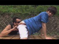 【ゲイ動画】爽やかなジャニ系イケメンが公園のベンチで愛撫されて全裸でケツマンにチンポをぶち込まれる露出ファック!