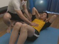 【ゲイ動画】パーソナルジムで体を鍛えるイケメンが指導者にアナルセックスで犯されることになる!