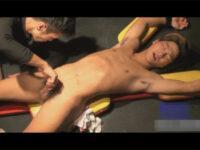【ゲイ動画】スジ筋なヤンチャ系の男が拘束状態で目隠しをされながらスケベに犯されることになる!