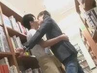 【ゲイ動画】図書館にいたイケメンたちがアナルセックスを音をたてないように注意しながら満喫しあうことになる!